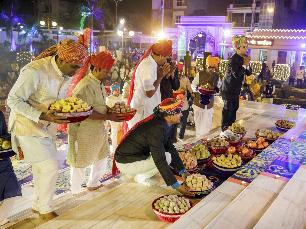 Devotees offer sweet dishes to Thakorji