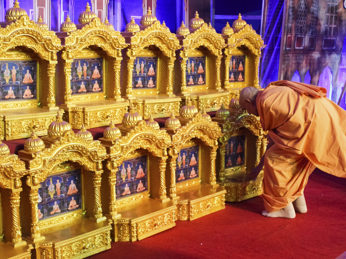 Swamishri sanctifies ghar mandirs