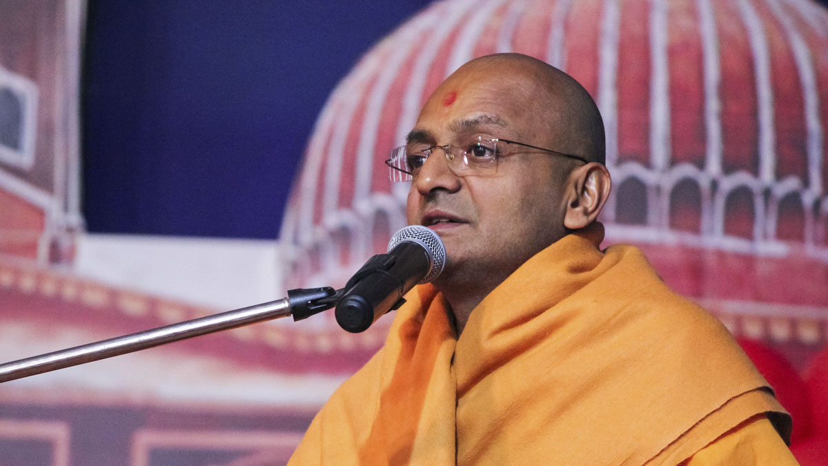 Munivatsal Swami addresses the evening satsang assembly