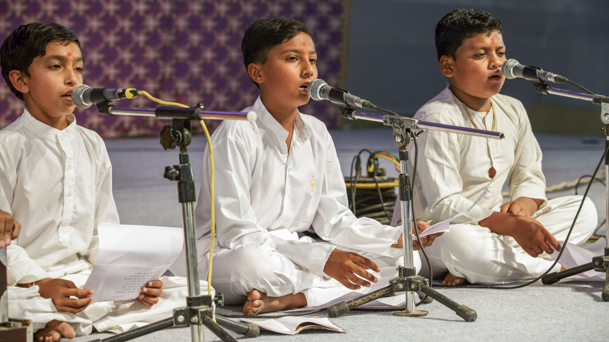 Children sing kirtans in the evening satsang assembly