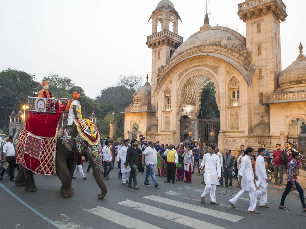 The procession passes through the streets of Vadodara