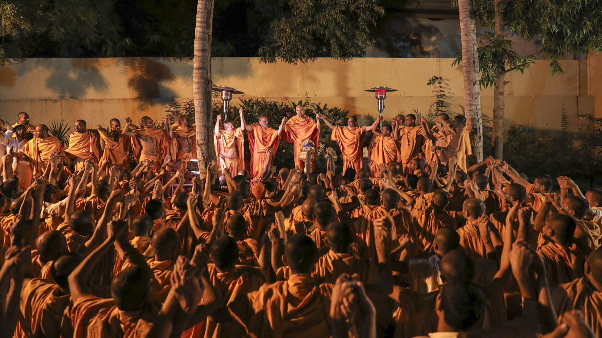 Sadhus join hands with each other and Swamishri to symbolize unity