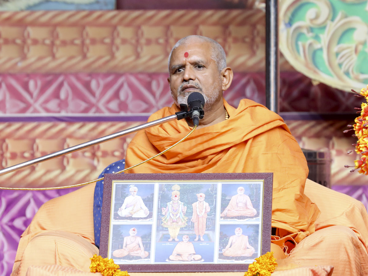Janmangal Swami delivers a discourse in the satsang assembly