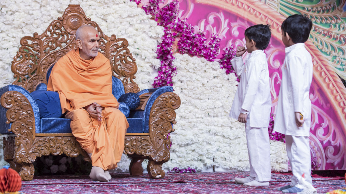 Children present before Swamishri