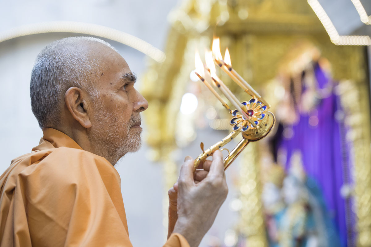 Swamishri performs morning arti