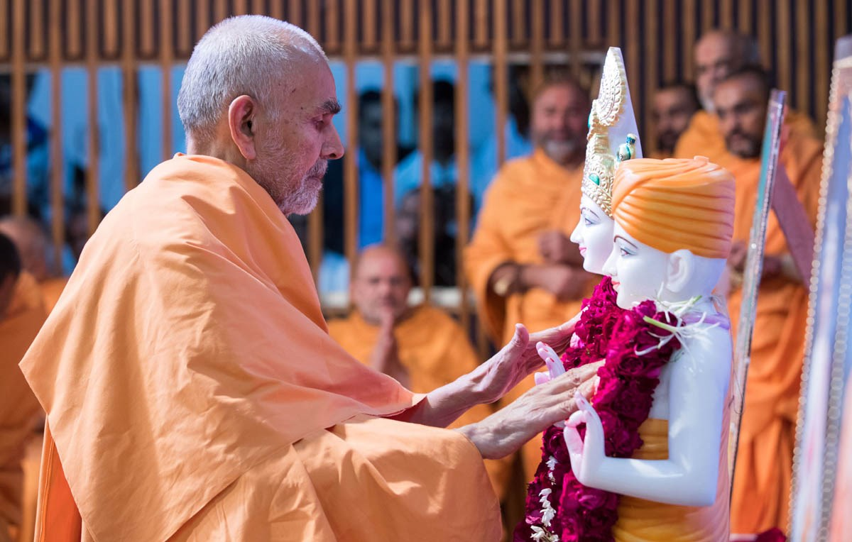 Swamishri performs the murti-pratishtha rituals of the murtis for BAPS Shri Swaminarayan Mandir, Vadnagar, India