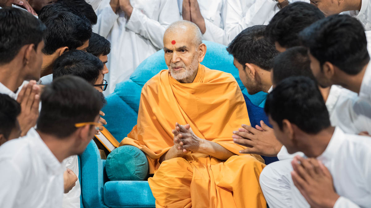 Swamishri greets youths with 'Jai Swaminarayan'