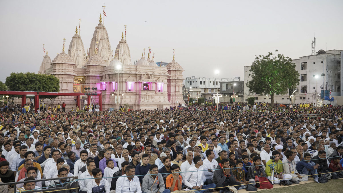 Devotees during the evening satsang assembly