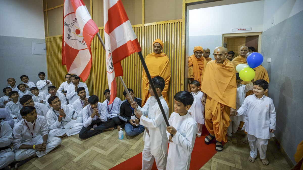 Children lead Swamishri to his morning puja