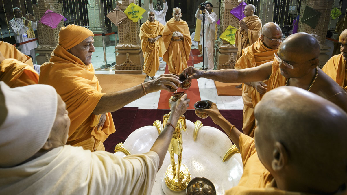 Sadhus perform abhishek of Shri Nilkanth Varni