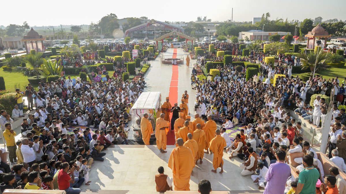 Devotees doing darshan of Swamishri as he departs
