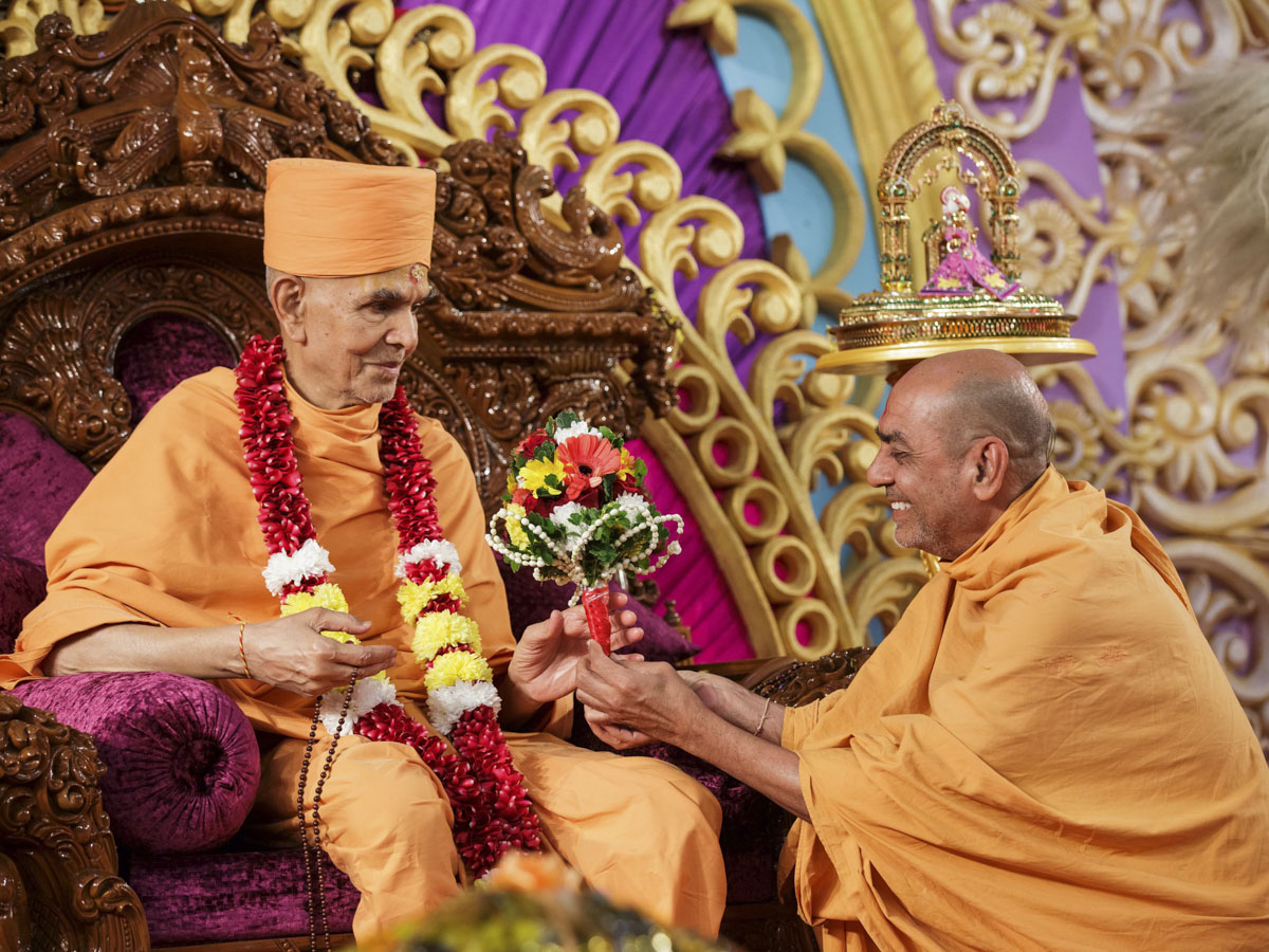 Swamishri welcomed with a flower bouquet