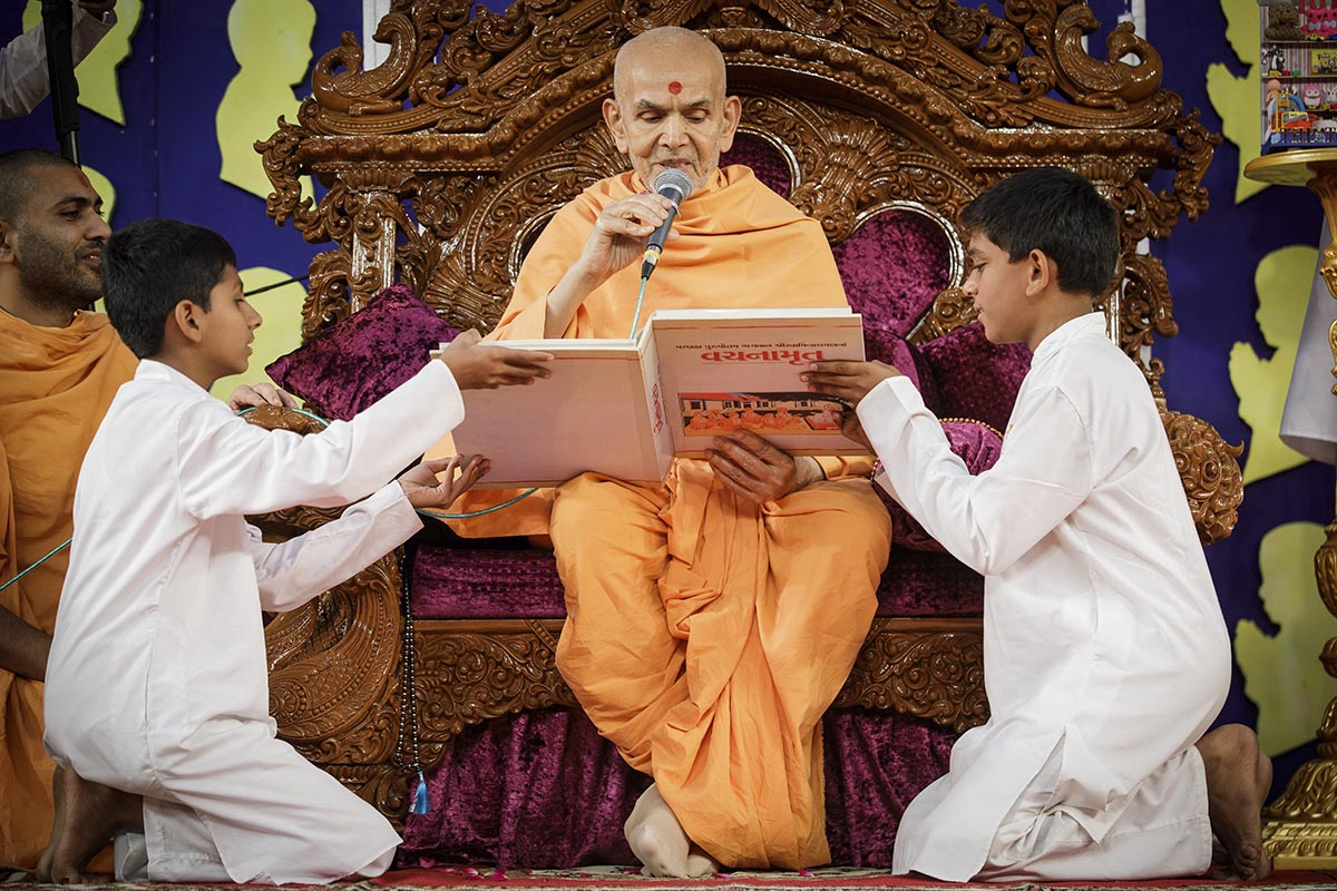 Swamishri reads a passage from the Vachanamrut