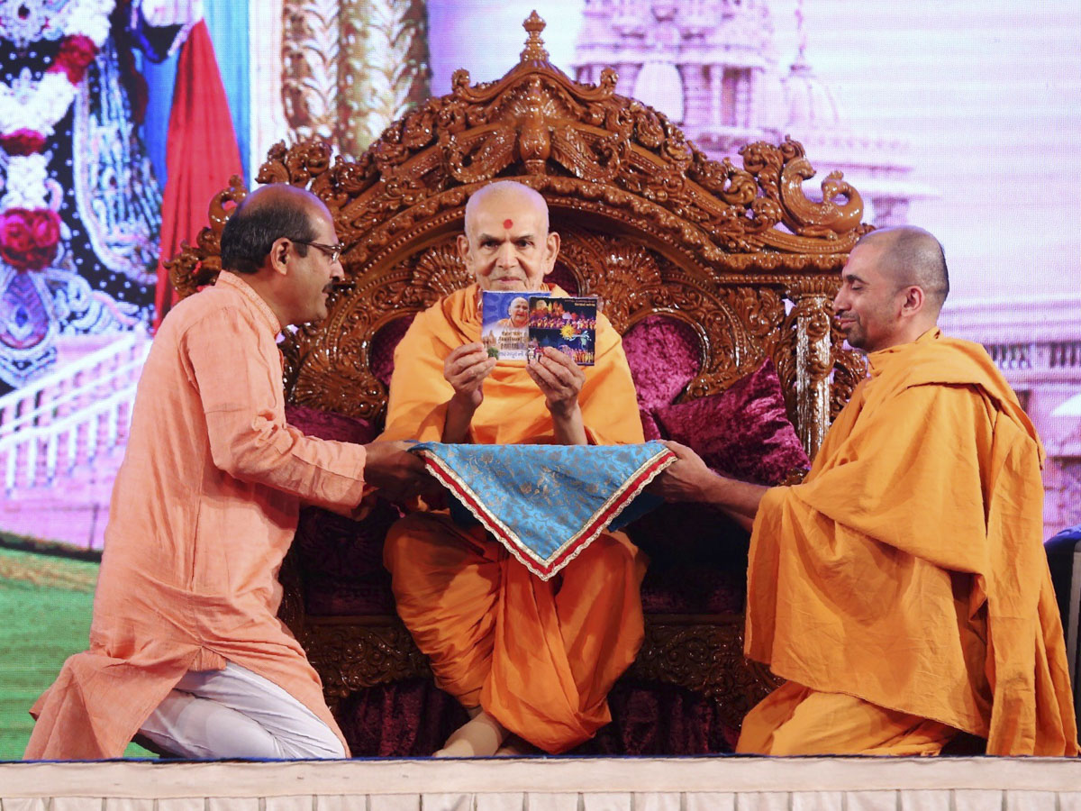 Swamishri inaugurates two new audio publications 'Sarangpurni Rangbhuma' and Suryapur Kathamangal'