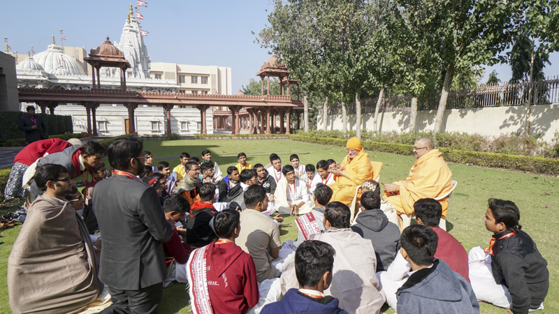 Discussion and interaction with Pujya Ishwarcharan Swami