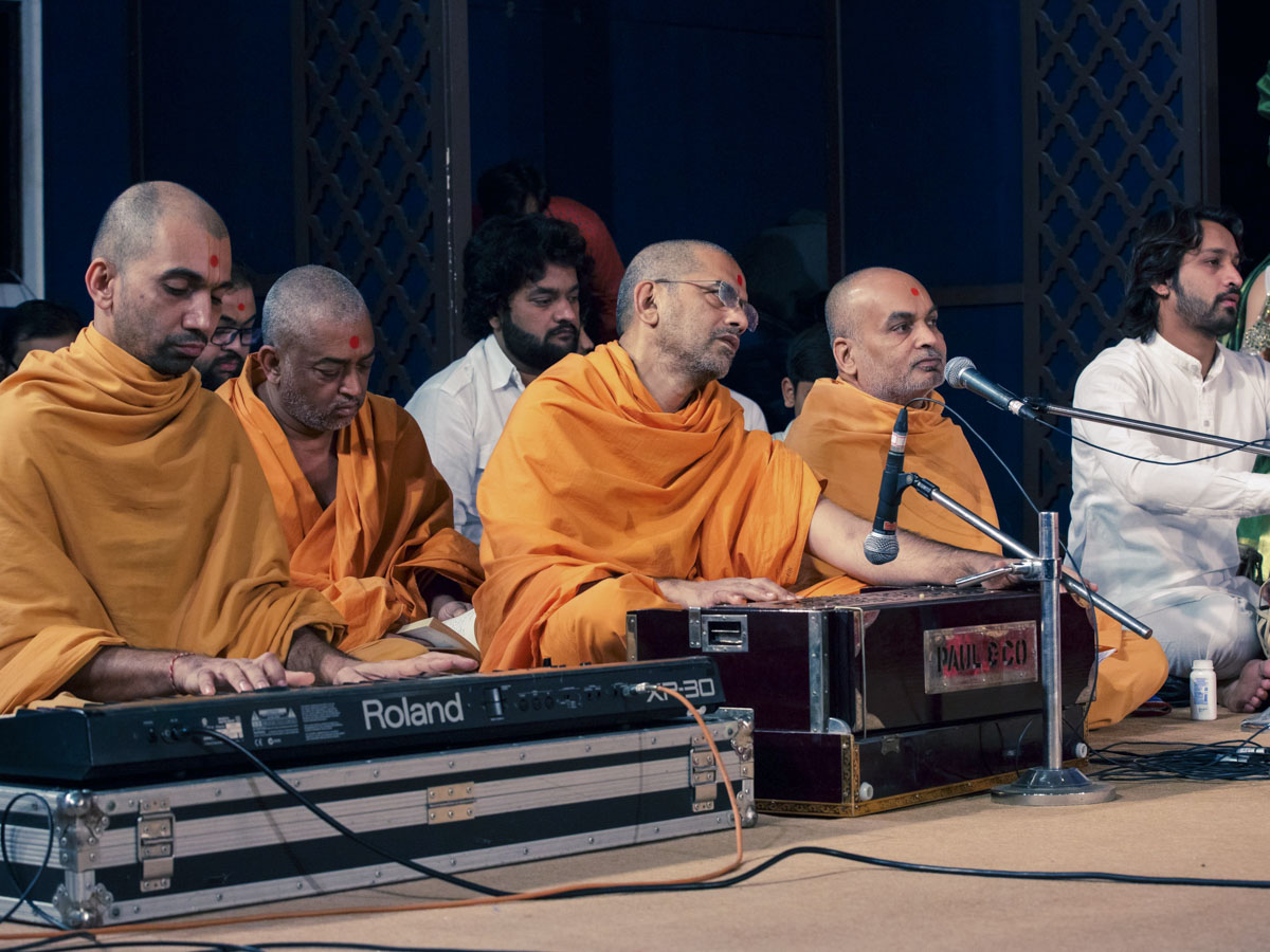Sadhus sing kirtans in Swamishri's morning puja