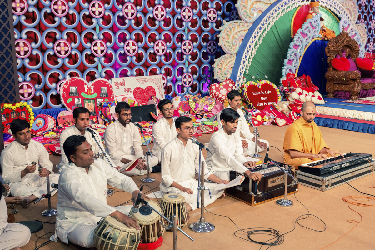 Youths sing kirtans in the evening Yuva Din assembly