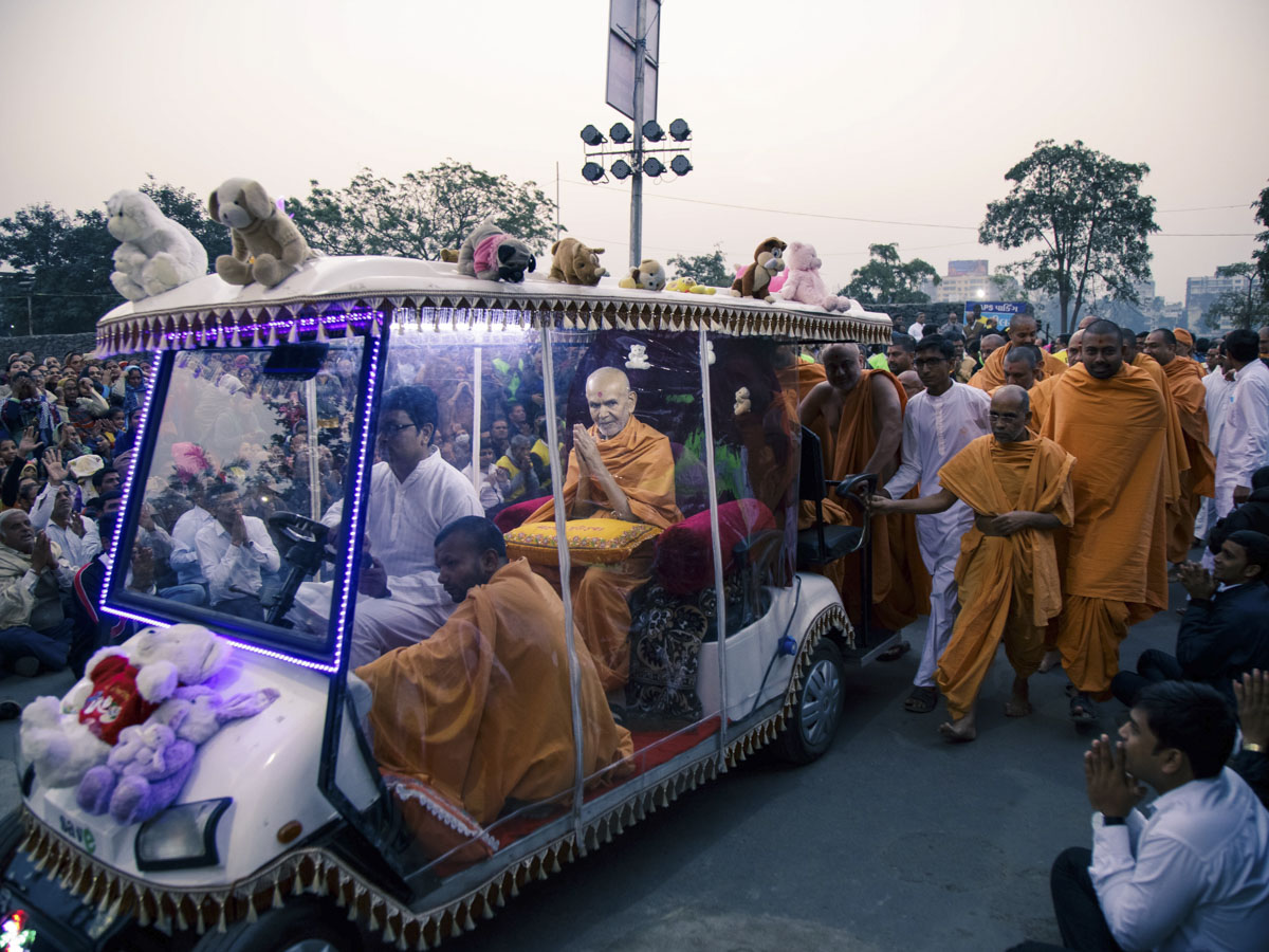 Swamishri returns to the mandir after his morning puja