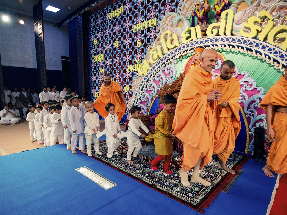 Children with Swamishri