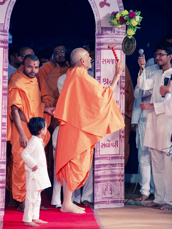 Swamishri strikes a gong