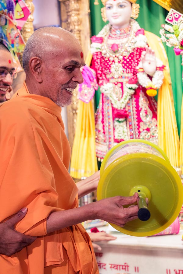 Swamishri holds a reel of kite string