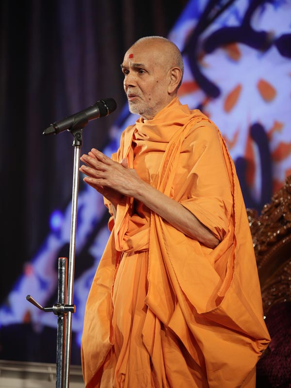 'Narayan Hare, Sachchidanand Prabho...' Swamishri proclaims the jholi call