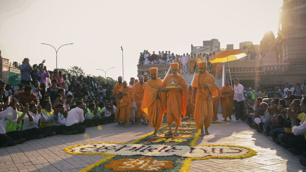 Swamishri departs from Surat