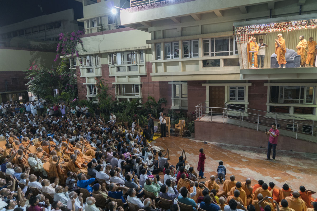 Swamishri arrives in Akshar Zarukho (balcony)
