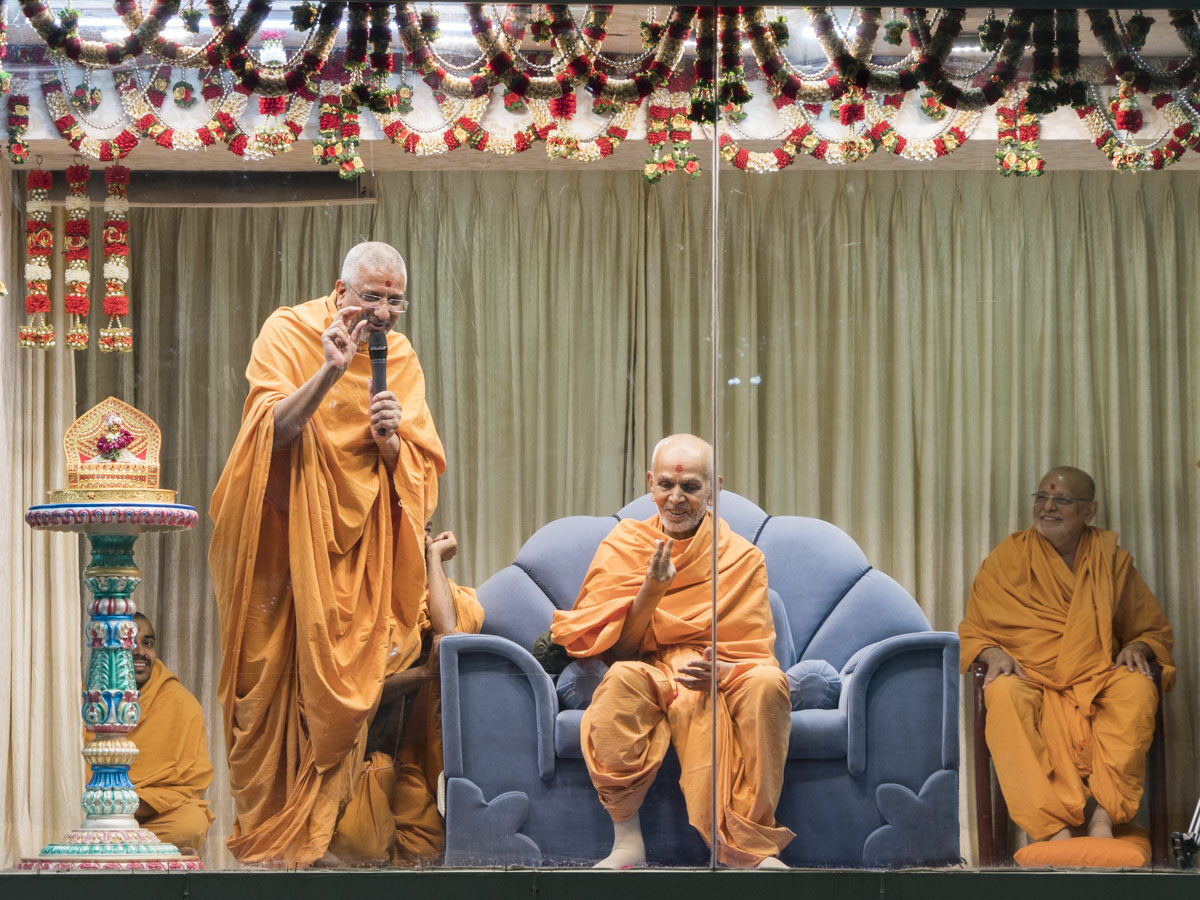 Aksharvatsal Swami addresses the welcome assembly