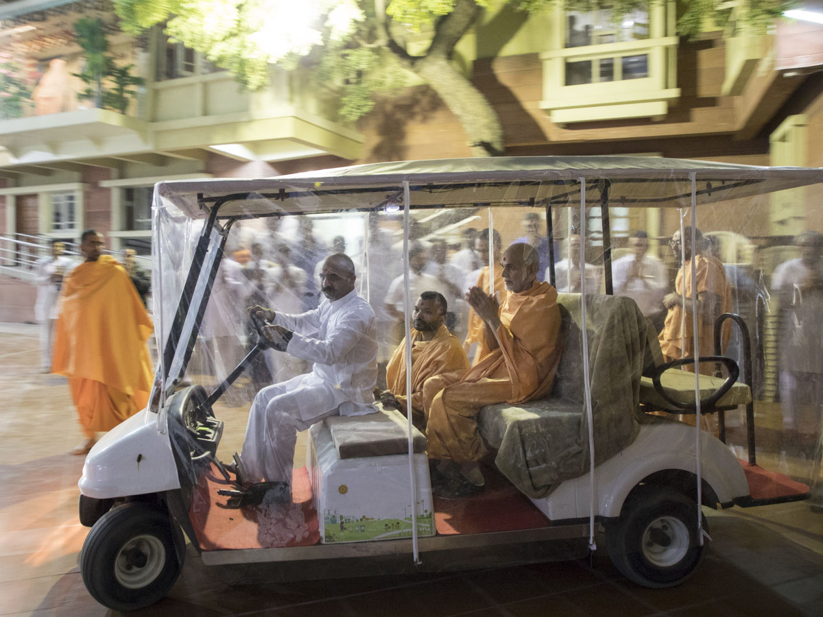 Param Pujya Mahant Swami Maharaj on his way for Thakorji's darshan