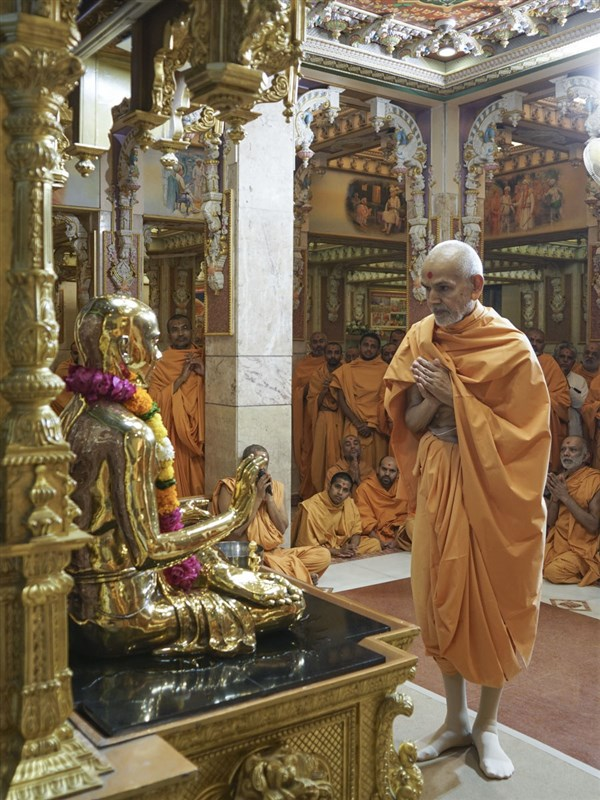 Swamishri engrossed in darshan of Bhagwan Swaminarayan