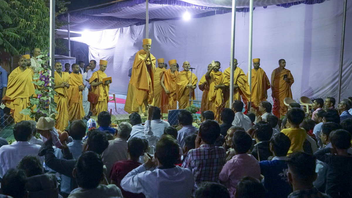 Parents of young children doing darshan of Swamishri