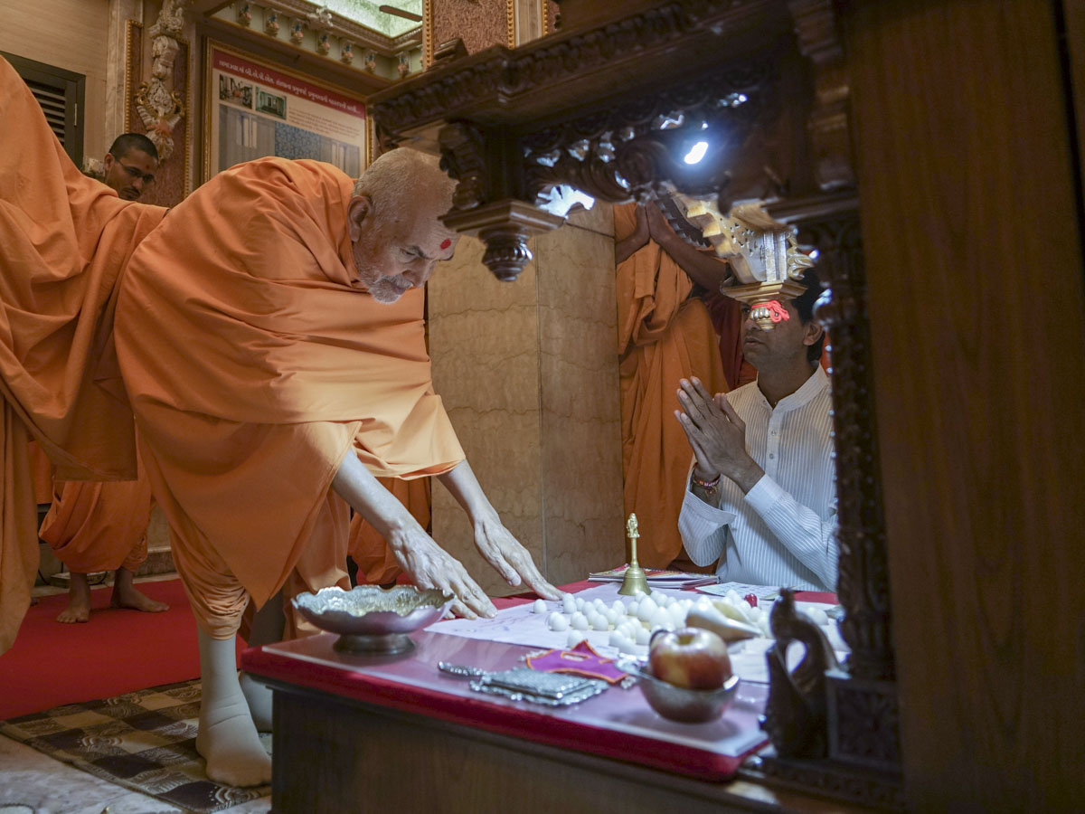 Swamishri engrossed in darshan of the daily mahapuja