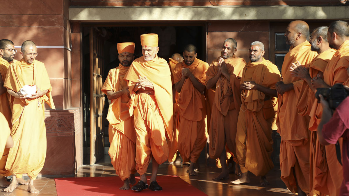 Sadhus doing darshan of Swamishri as he departs from Ahmedabad