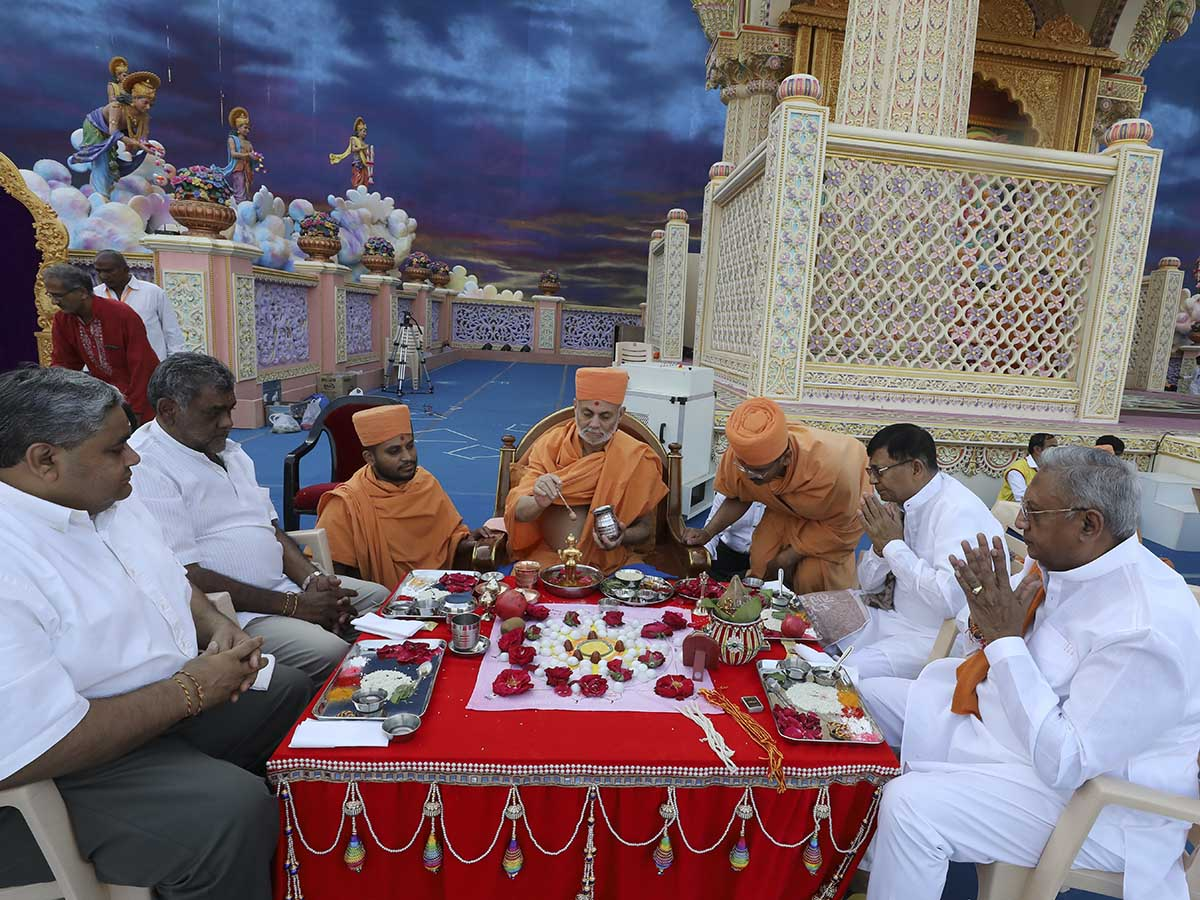 Pujya Viveksagar Swami and devotees participate in the mahapuja rituals