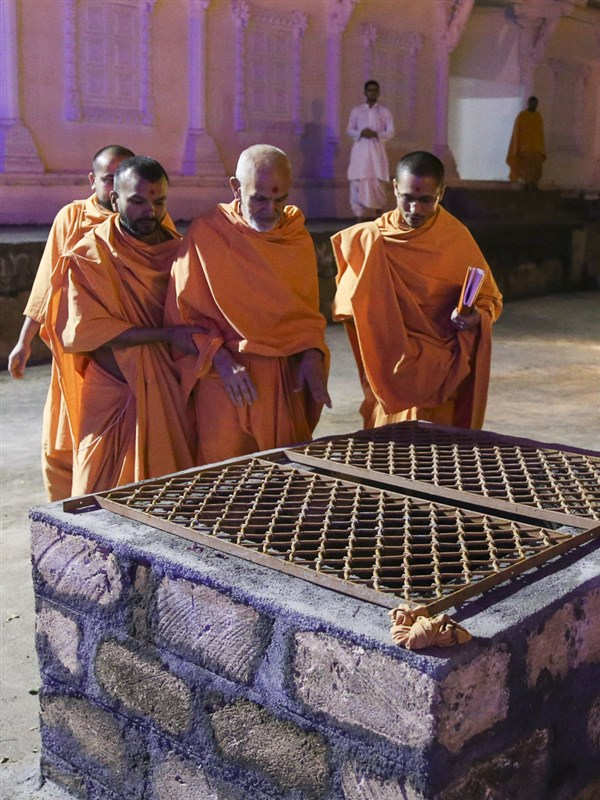 Swamishri observes an old well