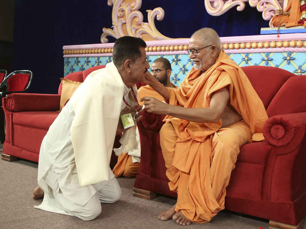 Pujya Kothari Swami felicitates volunteers who served in the creation of Yogi Smruti Mandir