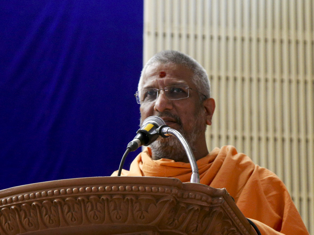 Aksharvatsal Swami addresses the Akshar-Purushottam Darshan Samaroh assembly in the evening