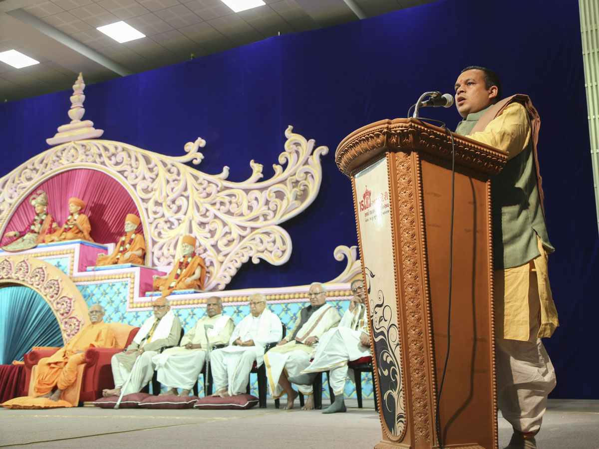 Pandit Ramnarayan Dvivedi, Śrī Kāśī Vidvat Pariṣad, addresses the assembly