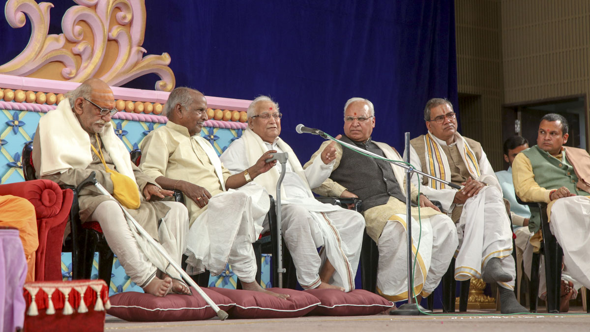 Eminent scholars and committee members of Śrī Kāśī Vidvat Pariṣad, on the dais
