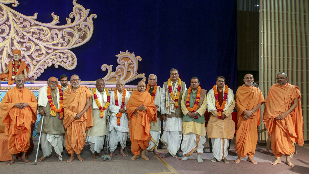 Eminent scholars and committee members of Śrī Kāśī Vidvat Pariṣad, with senior swamis