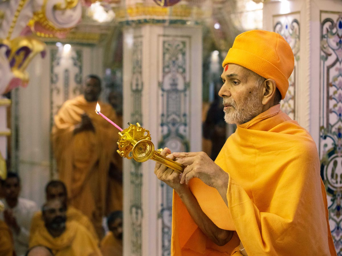 Swamishri performs the arti in Akshar Deri