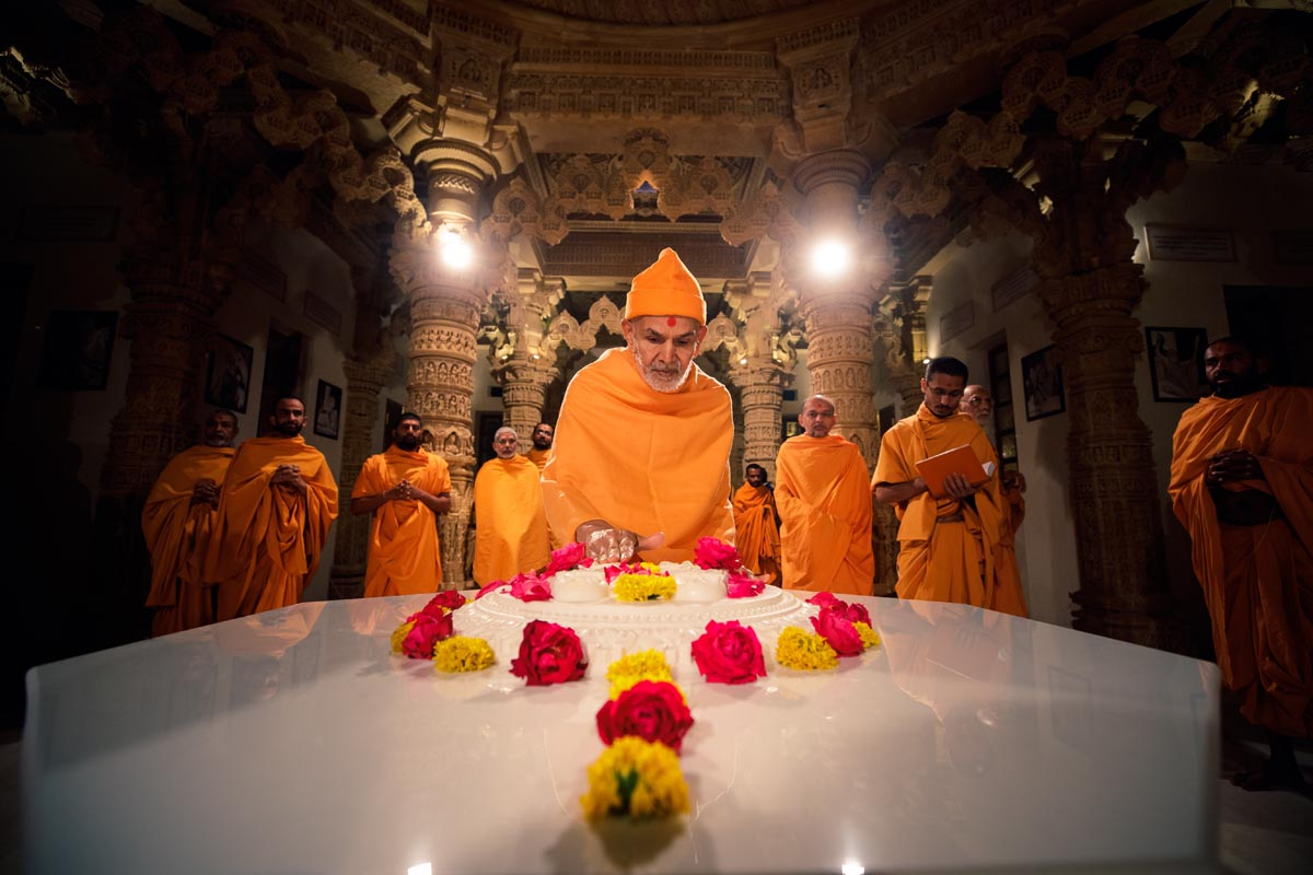 Swamishri engrossed in darshan of holy charanarvind of Bhagwan Swaminarayan in Smruti Mandir