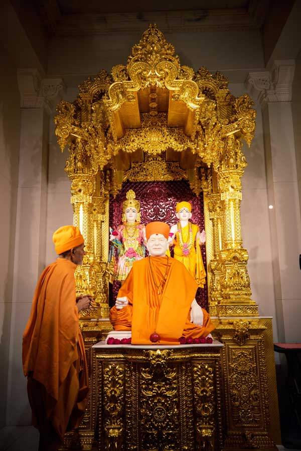 Swamishri engrossed in darshan at Yogi Smruti Mandir