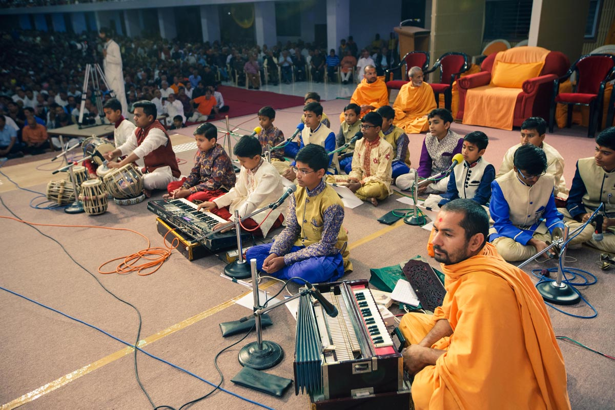 Students of Swaminarayan Vidyamandir sing kirtans in Swamishri's morning puja