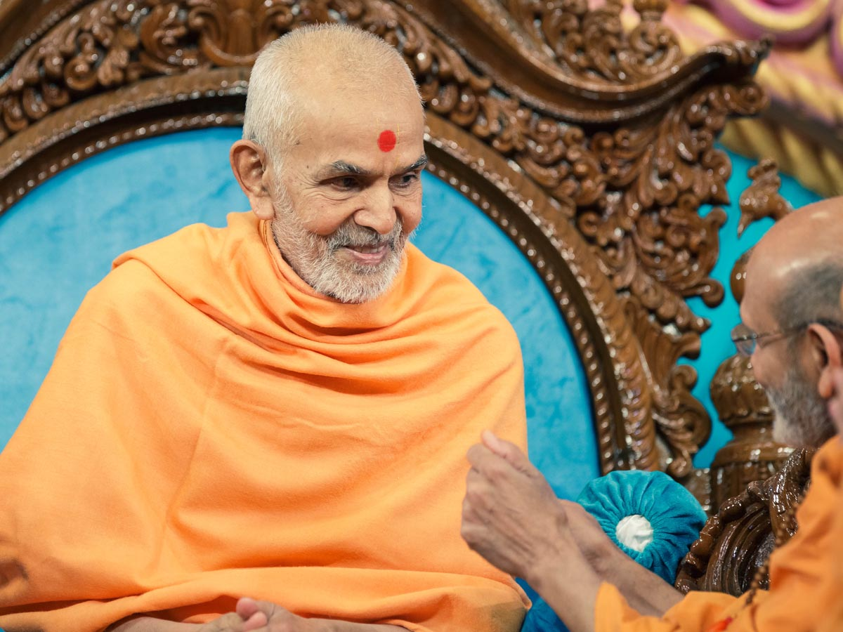 Swamishri interacts with Yagnavallabh Swami