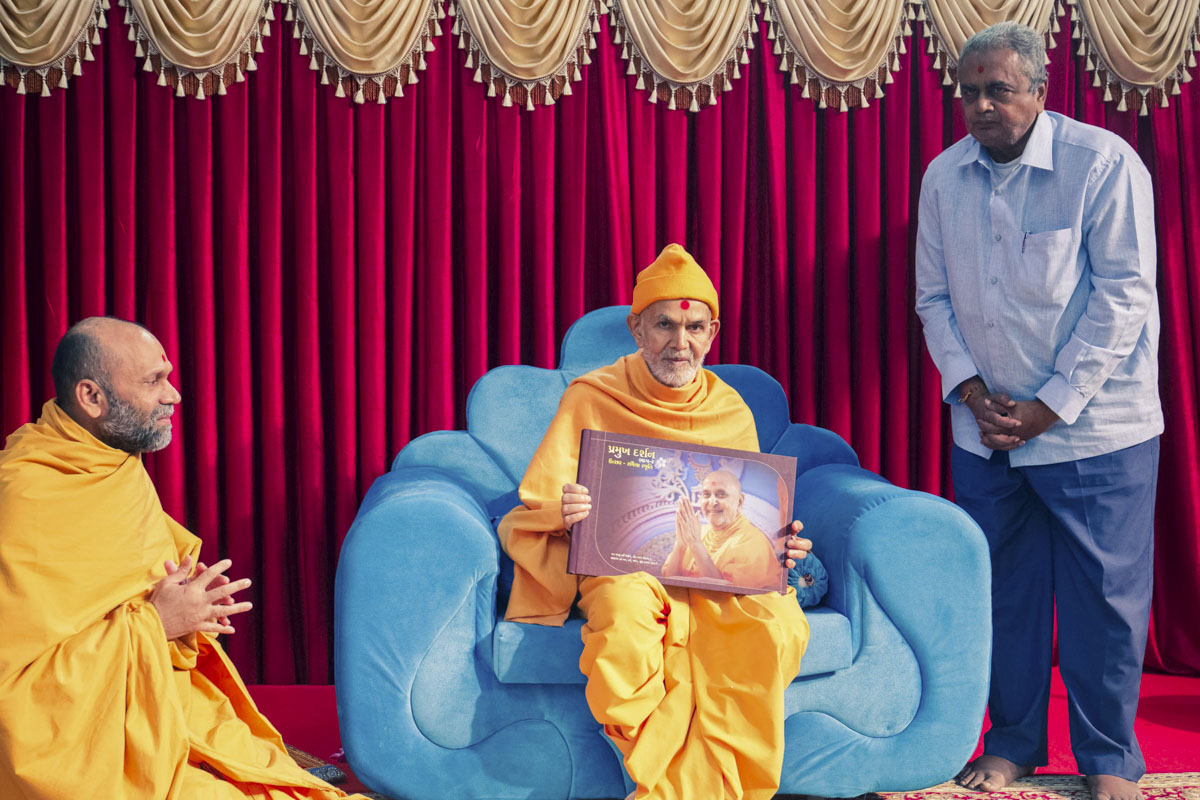 Swamishri inaugurates a new print publication, 'Pramukh Darshan (Part 2)'