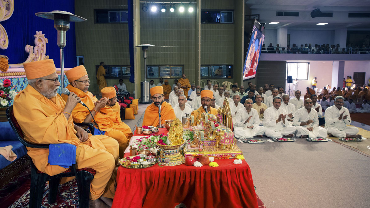 Pujya Kothari Swami and Pujya Tyagvallabh Swami lead the chanting of the Swaminarayan dhun during the mahapuja rituals