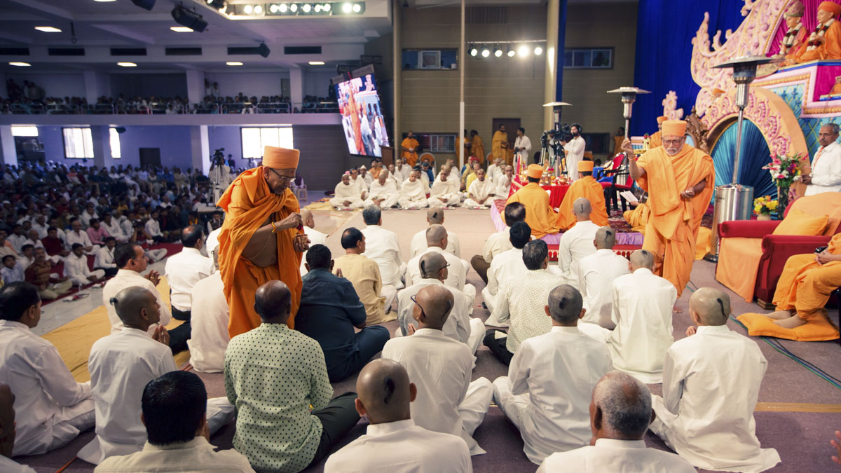 Pujya Kothari Swami and Pujya Tyagvallabh Swami bless the sadhaks and their fathers