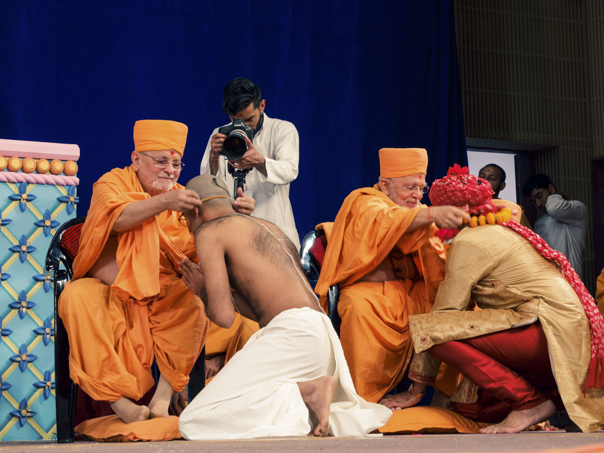 Pujya Ishwarcharan Swami blesses newly initiated parshads